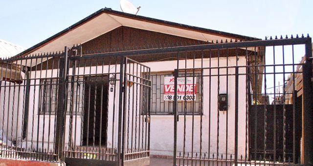 Amplia Casa 2 Dormitorios, Antejardín y Patio Trasero