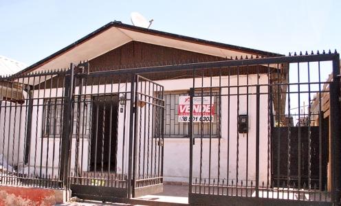 Aqueveque Conchali Propiedades Amplia Casa 2 Dormitorios, Antejardín y Patio Trasero en Conchalí  en Venta Conchalí